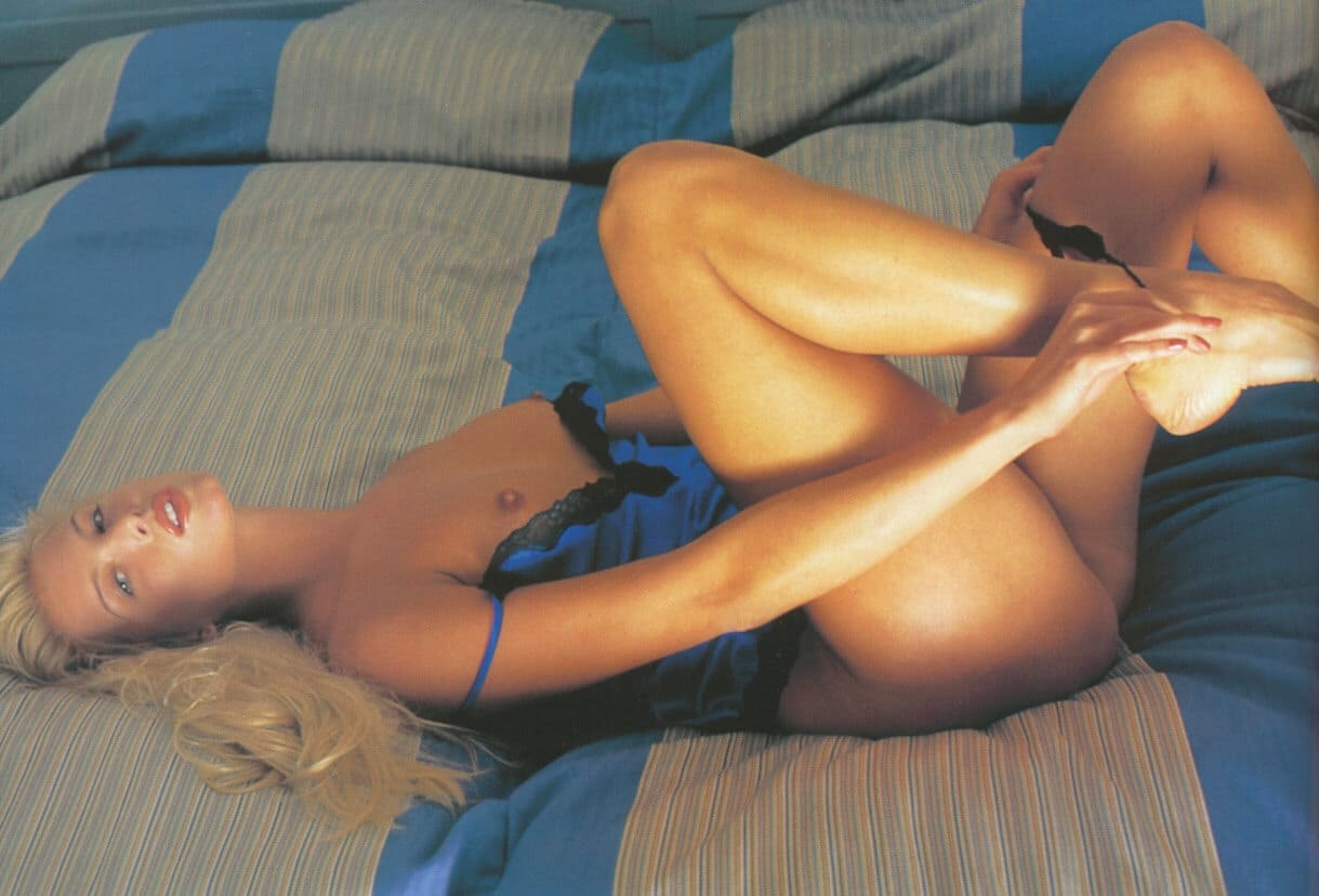 русская ретро эротика фото красивая блондинка с длинным волосом на кровати лежит снимает трусики, голубой пеньюар немного спущен с плеч оголив красивую маленькую грудь