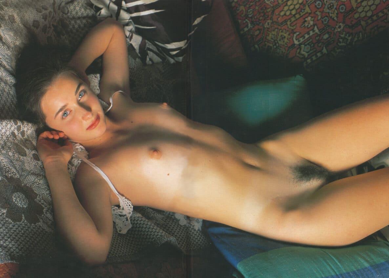 ретро эротика русские волосатые девушка на диване лежит на животе голая, маленькая грудь