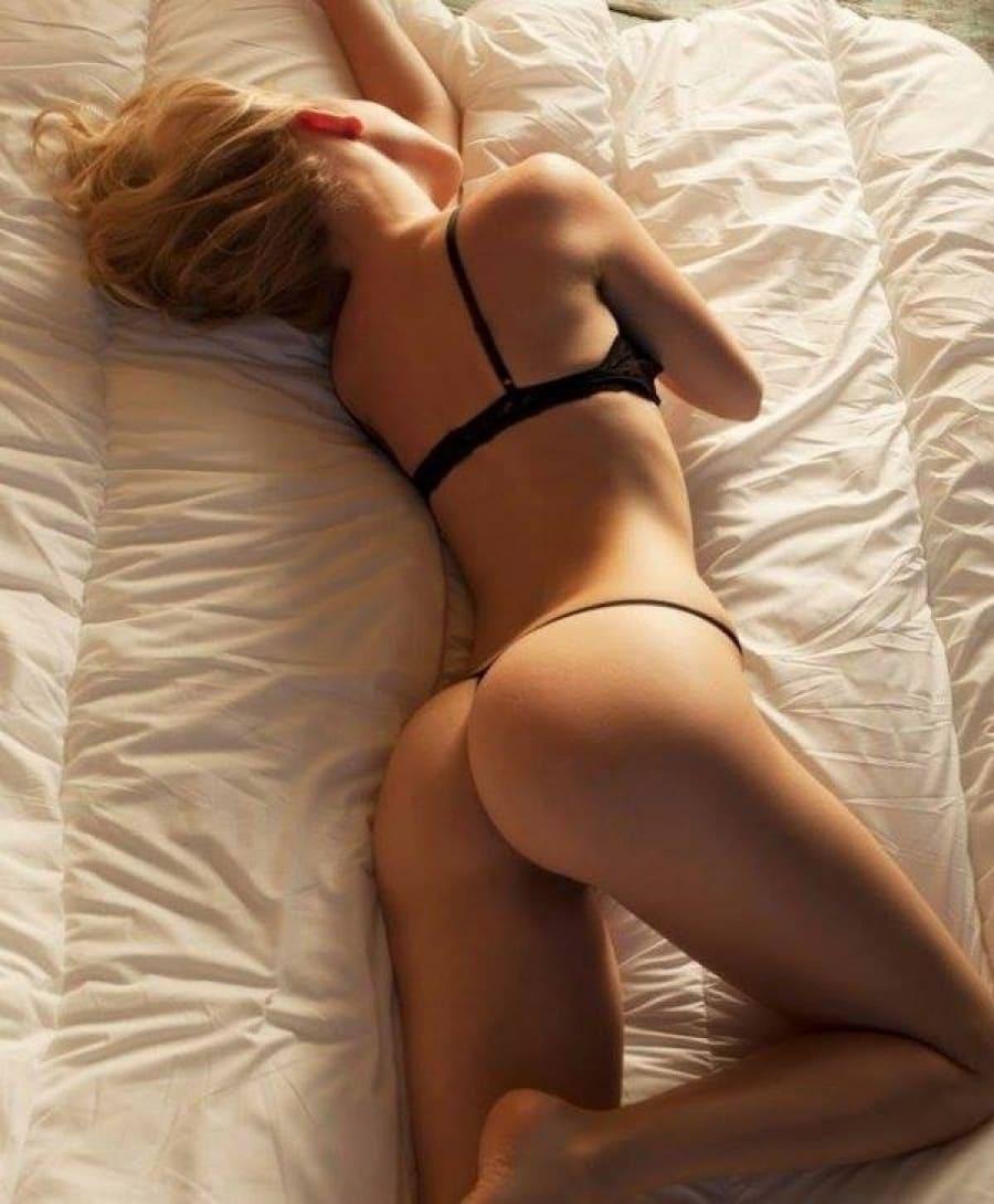 спящие голые девушки на боку лежит в черных стрингах красивая попа, ноги немного согнуты, левая рука поднята вверх, вид сзади