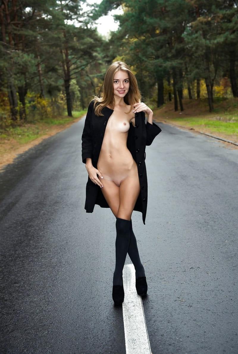 девушка эксгибиционист красивая стоит на дороге расстегнула пальто накинутое на голое тело, маленькие сиськи, высокие сапожки на высоком каблуке