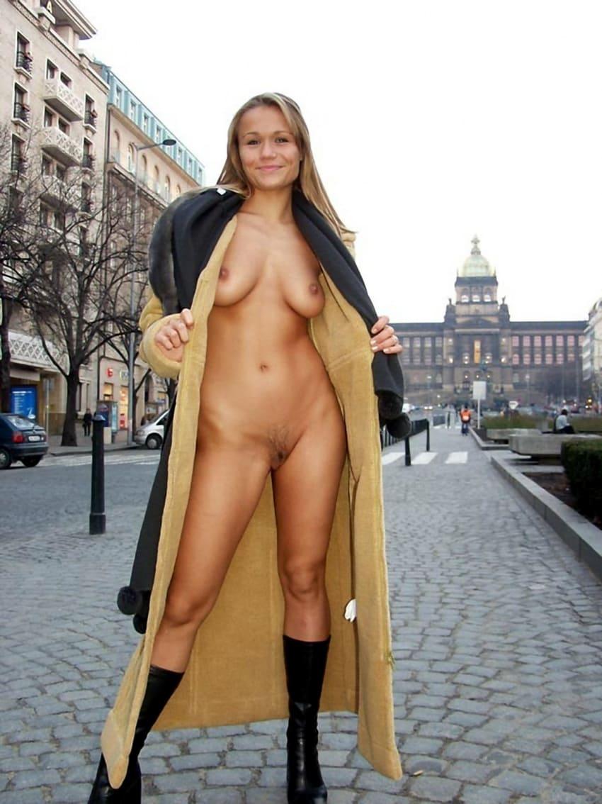 зрелые эксбиционистки блондинка с длинным волосом стоит на улице расстегнув дубленку голая, сиськи висят, черные сапожки на каблуке, улыбается