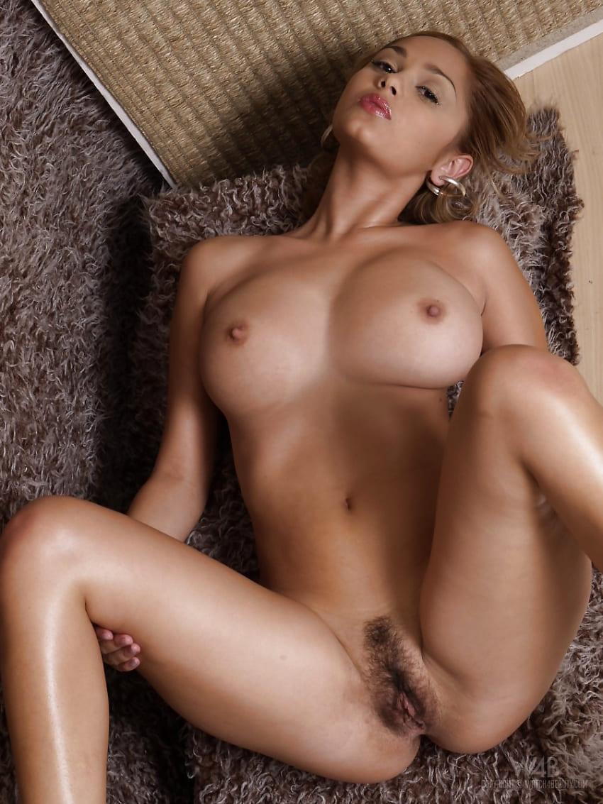 красивые девушки голые фото эротики лежит на спине раздвинув ноги с волосатой писькой вид сверху