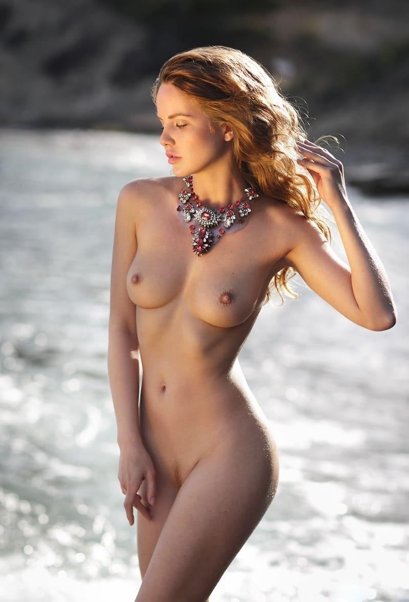 самые красивые голые девушки фото молодая с маленькими сиськами на берегу водоема с ожерельем на шее