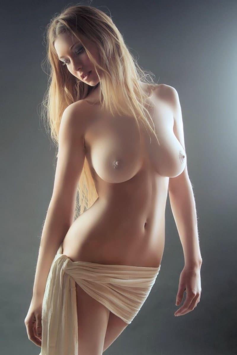 самые красивые голые девушки фото натуральная блондинка с длинным волосом в набедренной повязке с офигенными сиськами