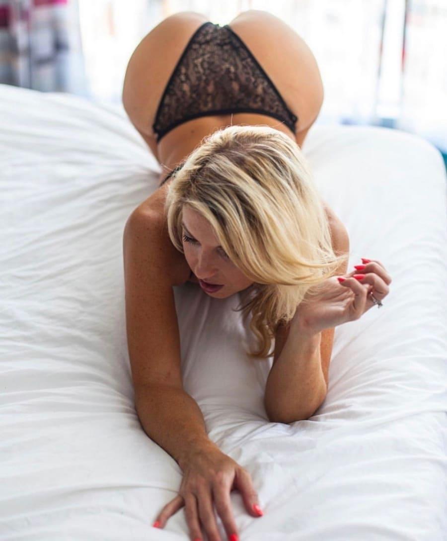 красивые блондинки раком на кровати в черных гипюровых высоких трусиках