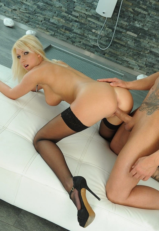 порно фото блондинок в чулках раком на высоких каблуках трахается