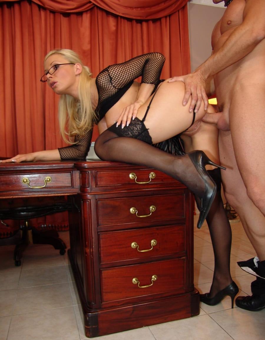 порно фото блондинок в чулках стоит раком опираясь об стол, трахают в попу, длинные волосы, очки, черные туфли на каблуках