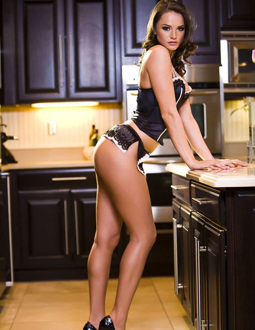 Тори Блэк звезда порно в сексуальном нижнем белье стоит на кухне вполоборота фото