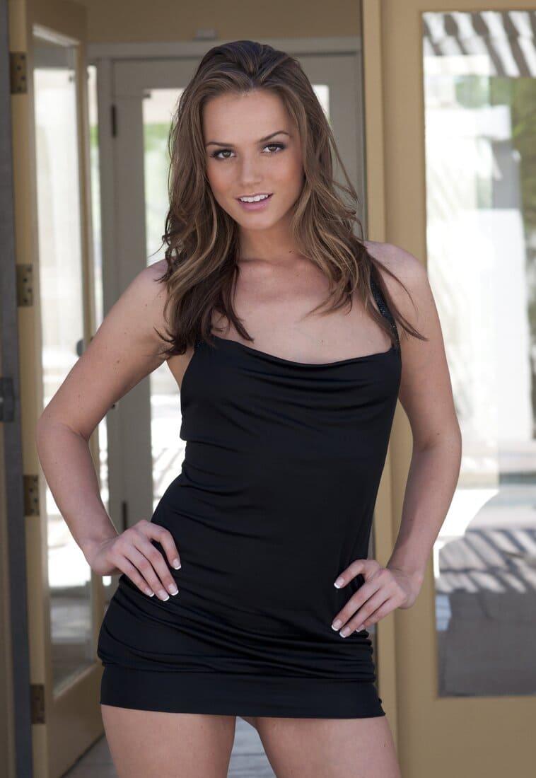 Тори Блэк звезда порно в коротком черном платье с большим декольте фото