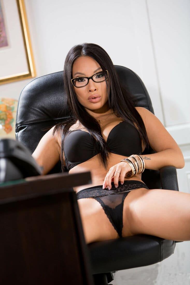 аса акира в очках в черном нижнем белье в компьютерном кресле сидит широко раздвинув ноги, сквозь прозрачные трусики просвещается пизда