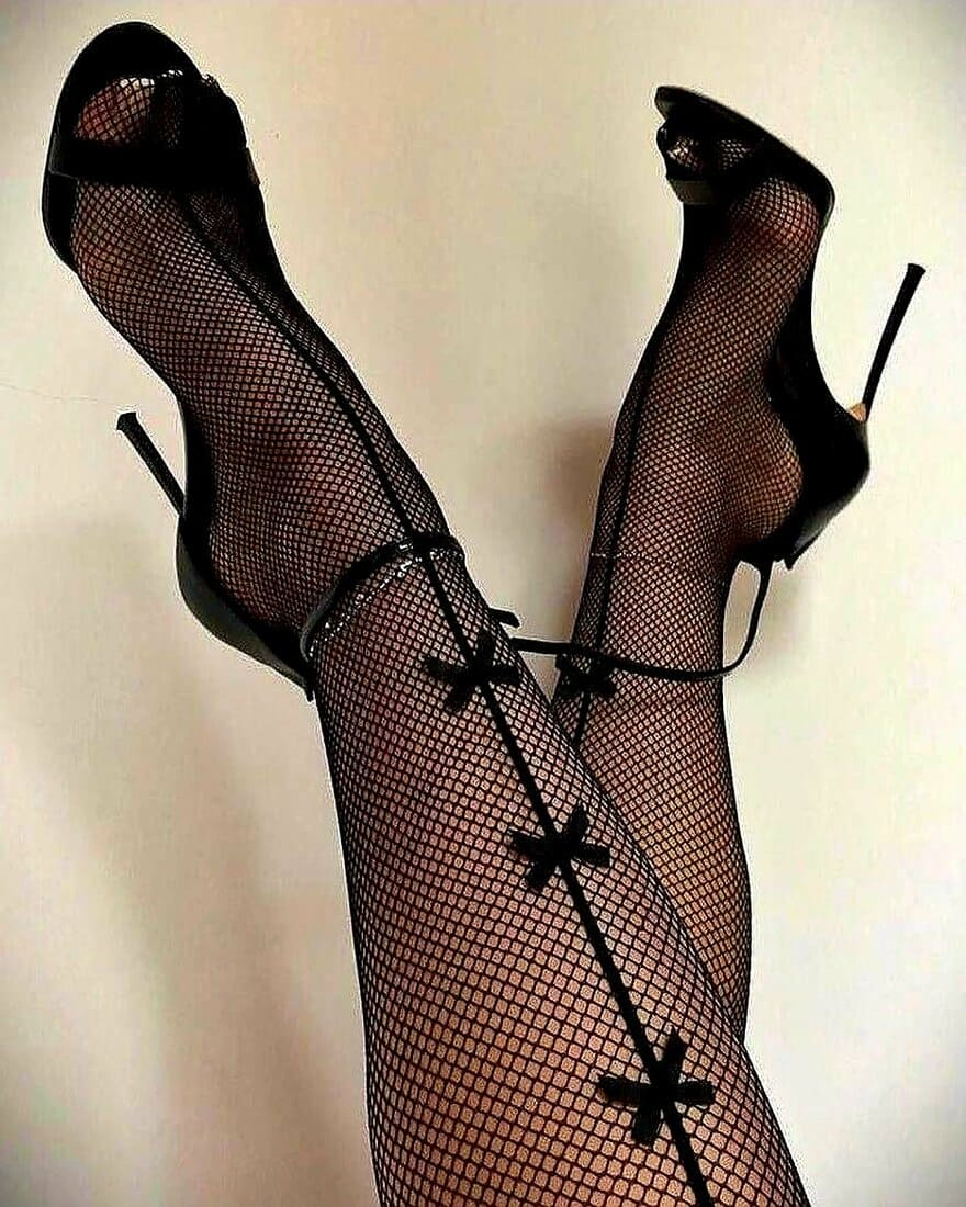 фетиш чулки черные в сеточку в открытых босоножках на шпильке сексуальные фото