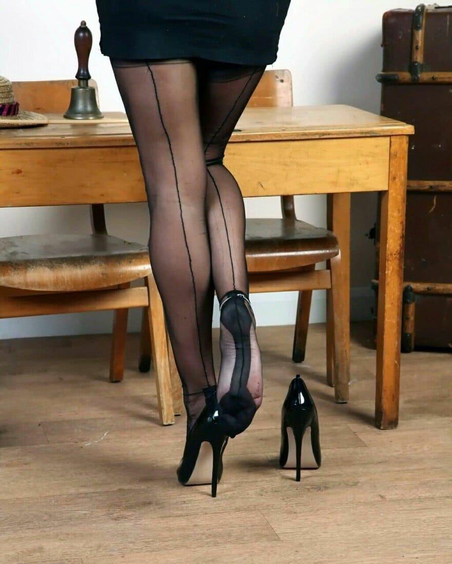 фетиш чулки сексуальные фото стройные ножки в чулках со швом на каблуках