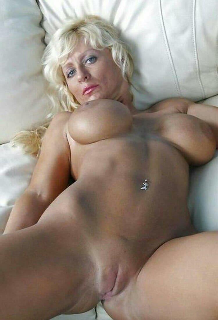 фото зрелых дам красивая блондинка с бритой пиздой лежит на спине раздвинула ноги в пупке пирсинг, большие сиськи