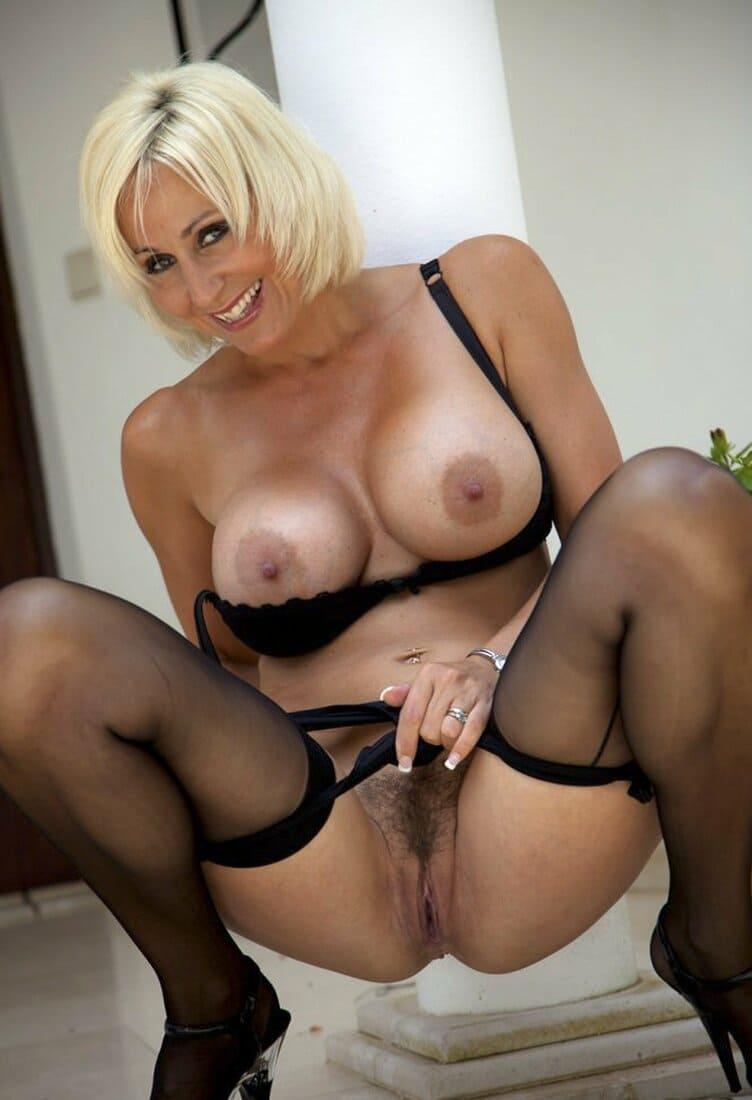 фото зрелых дам в черных чулках голая блондинка сидя вприсядку раздвинула ноги стянула трусики показывает свою волосатую письку