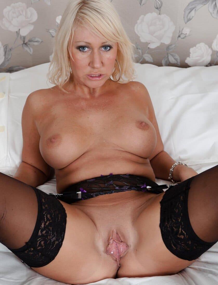 фото зрелых дам красивая зрелая блондинка в черных чулках раздвинула ноги показывает свой розовый бутон