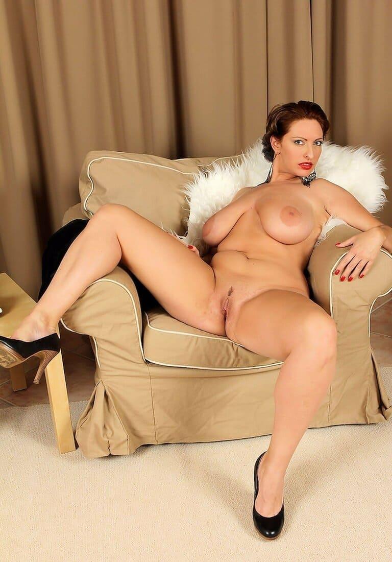 фото зрелых дам голая в черных чулках раздвинула ноги с кресле с большими висячими дойками