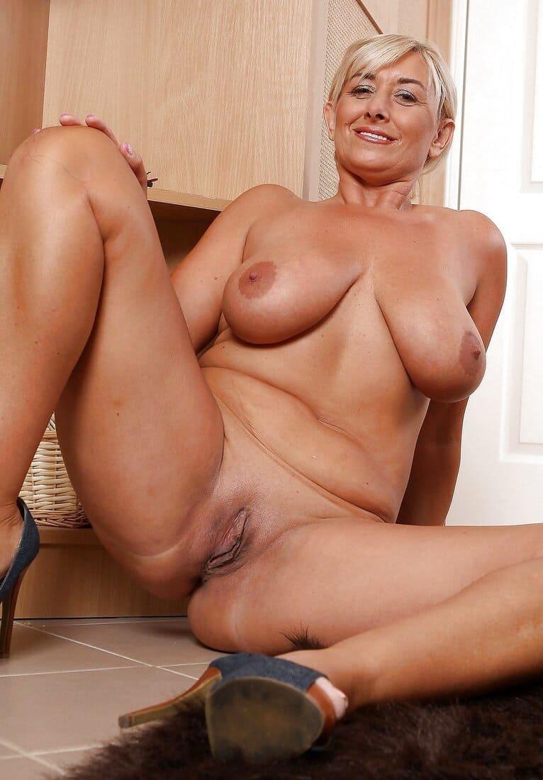 фото зрелых дам голая блондинка сидит раздвинула ноги оголила интимные места