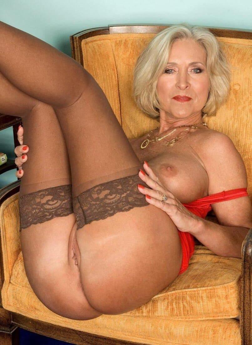 фото зрелых дам голая в чулках сидит задрав ноги блондинка с красивой фигурой
