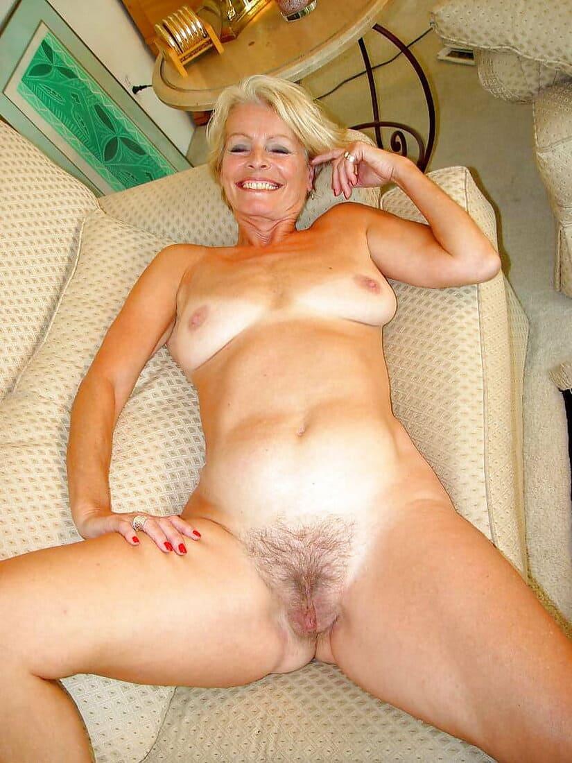 фото зрелых дам лохматые киски голая блондинка лежит на спине раздвинув ноги