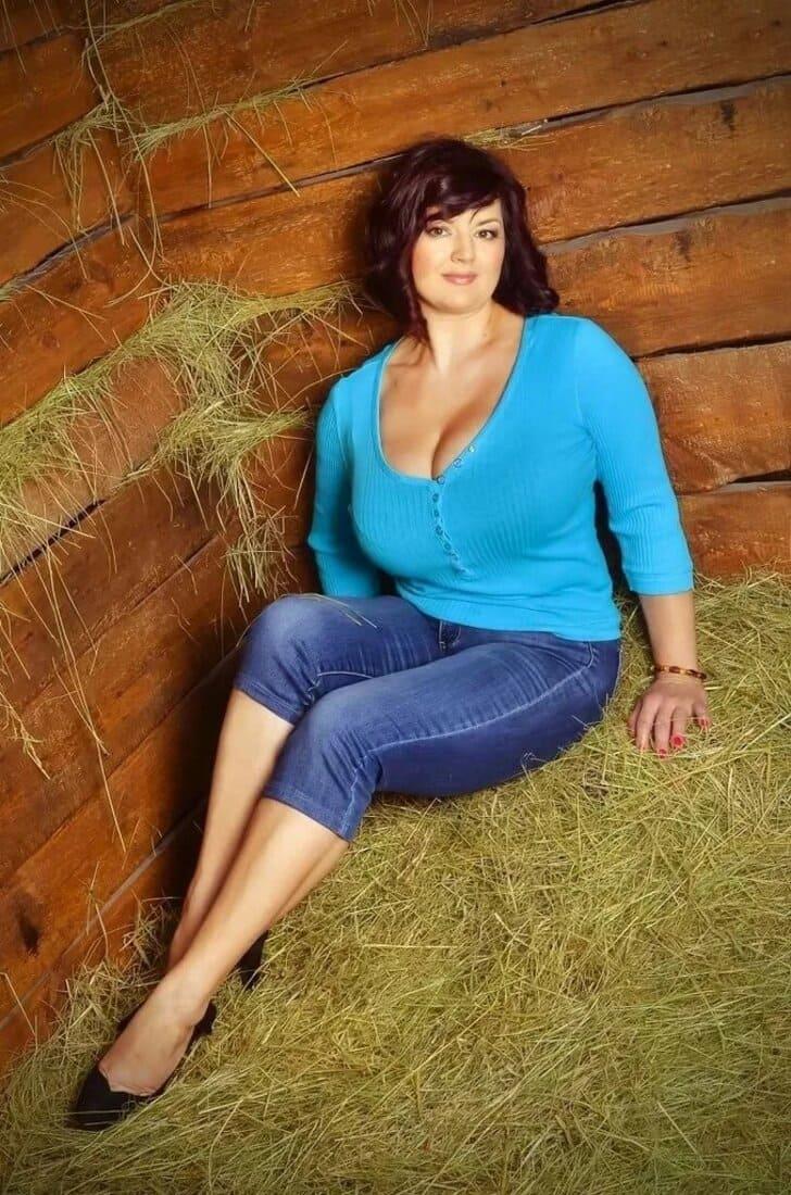 фото зрелых дам брюнетка с большими сиськами сидит на сене