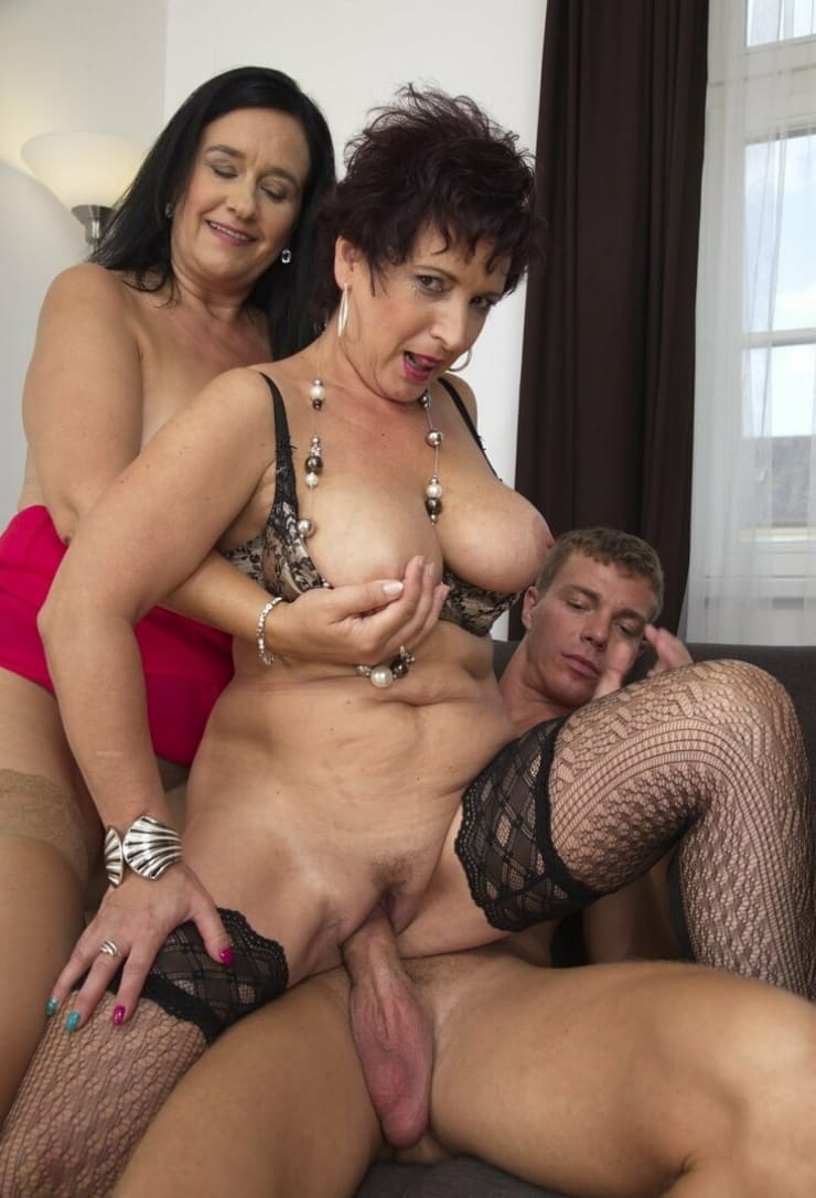 зрелые мамки порно фото две бабы за 40 оседлали молодого пацана