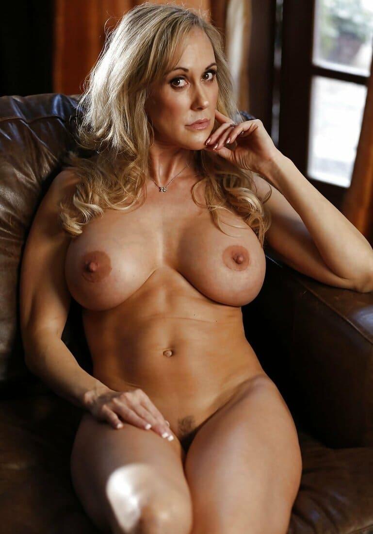 красивые мамки сексуальные фото голой блондинки сидит в кресле