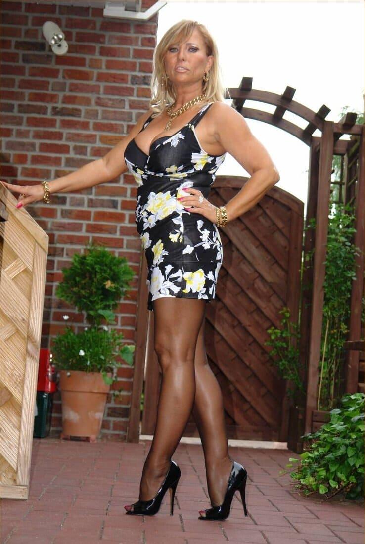 красивые мамки сексуальные фото блондинка стоит в коротком платье колготках