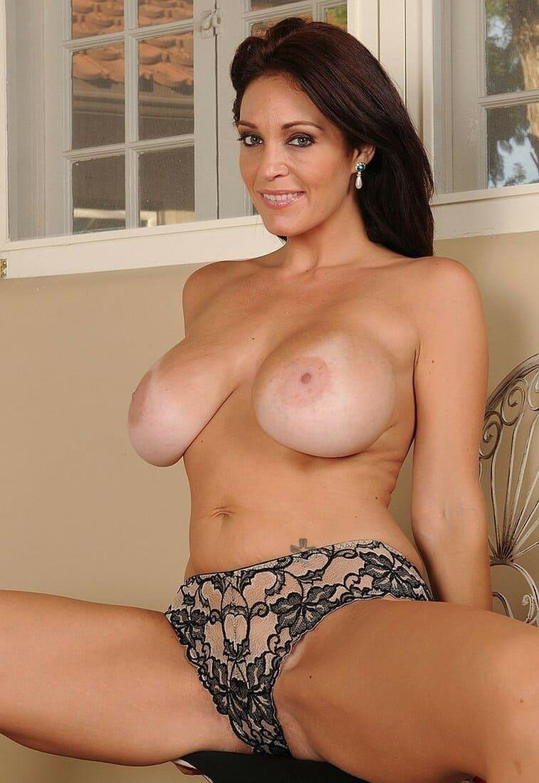 красивые мамки сексуальные фото голая брюнетка с большими сиськами в ажурных трусиках