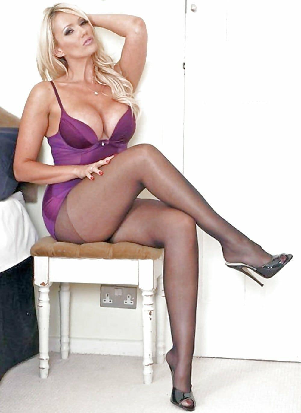 красивые мамки сексуальные фото блондинка в колготах открытых босоножках сидит на табурете