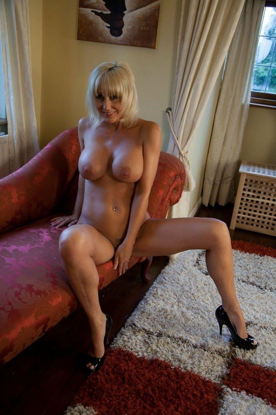 красивые мамки сексуальные фото голая блондинка с короткой стрижкой сидит на диване в туфлях на каблуках