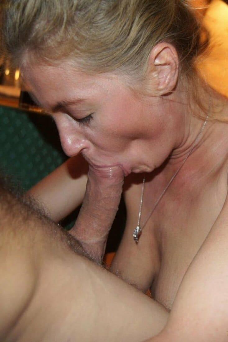 зрелая женщина голая сосет большой член стоя на коленях