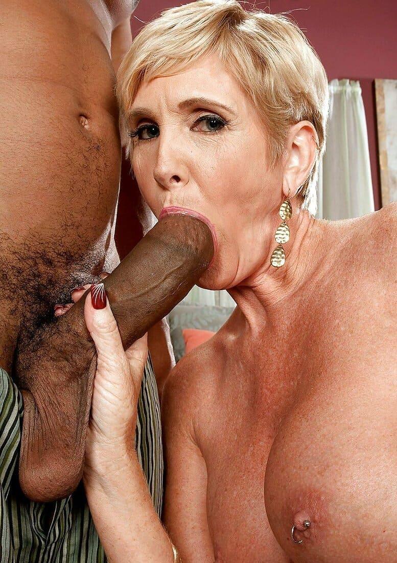 зрелая блондинка с короткой стрижкой сосет толстый черный член фото