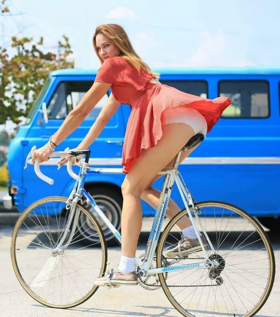 девушка на велосипеде фото красивая блоендинка в коротком платье едет на велосипеде ветер поднял юбку засветив трусики