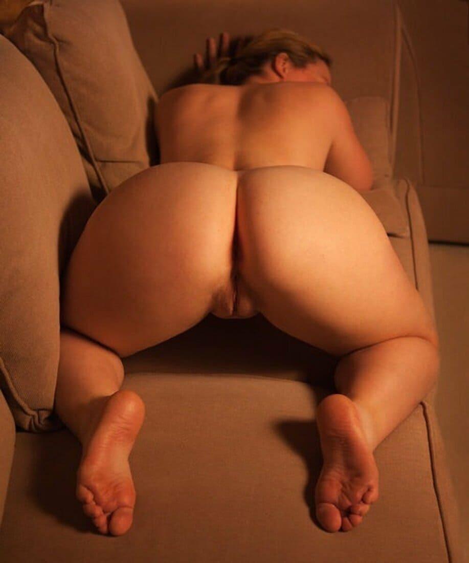 большая голая попа фото раком на диване