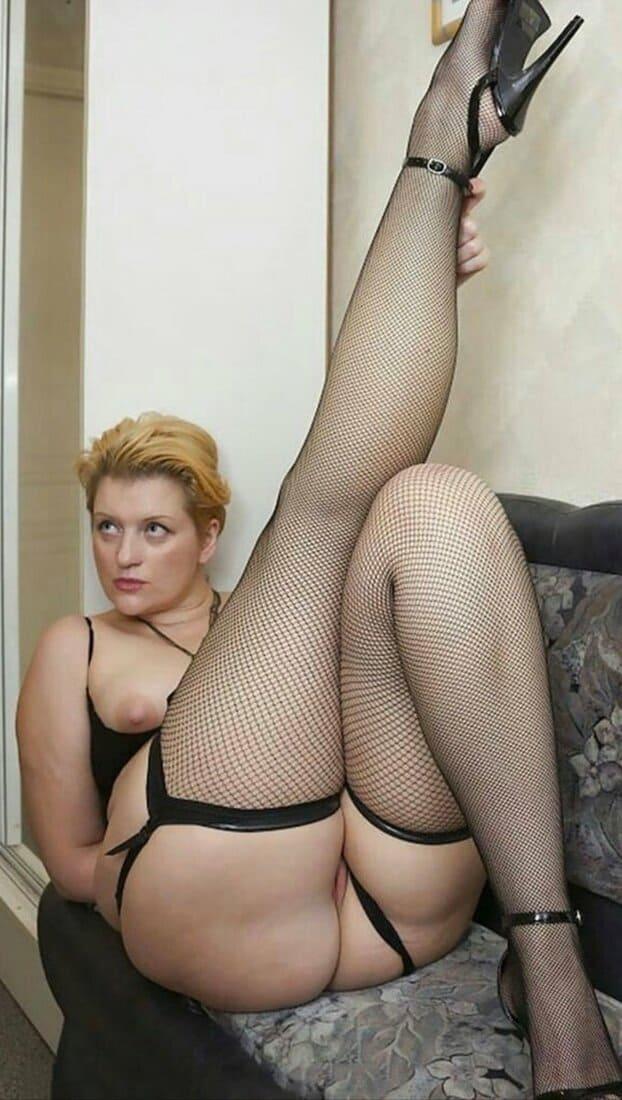 мамки в чулках фото зрелых красоток пышная блондинка на диване задрала одну ногу вверхблондинка