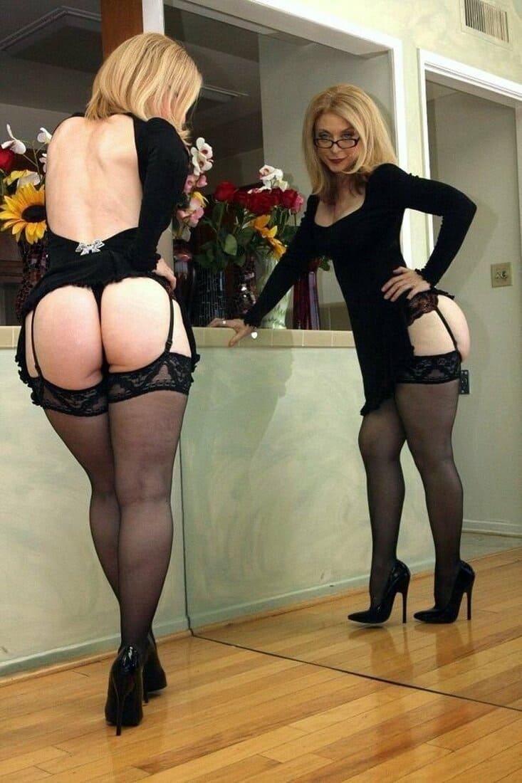 мамки в чулках фото зрелых красоток блондинка с короткой стрижкой в сексуальном нижнем белье туфли на шпильке стоит у зеркала любуясь на свое отражение, красивая жопа