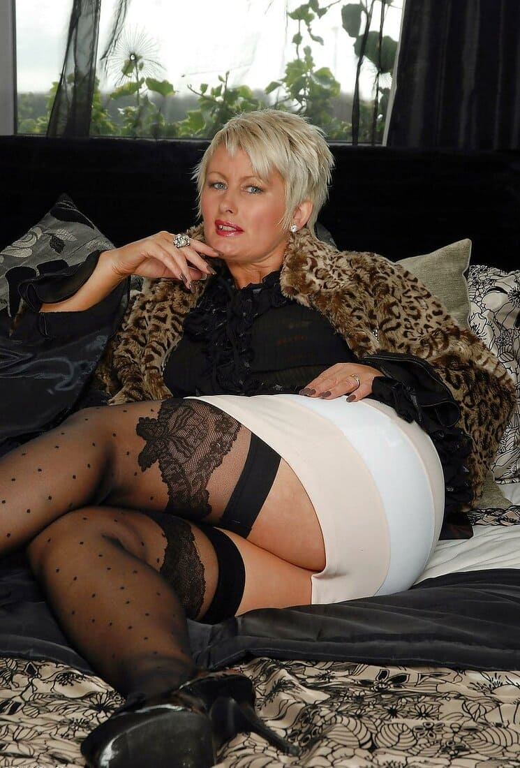 мамки в чулках фото зрелых красоток блондинка с короткой стрижкой в короткой белой юбке на каблуках