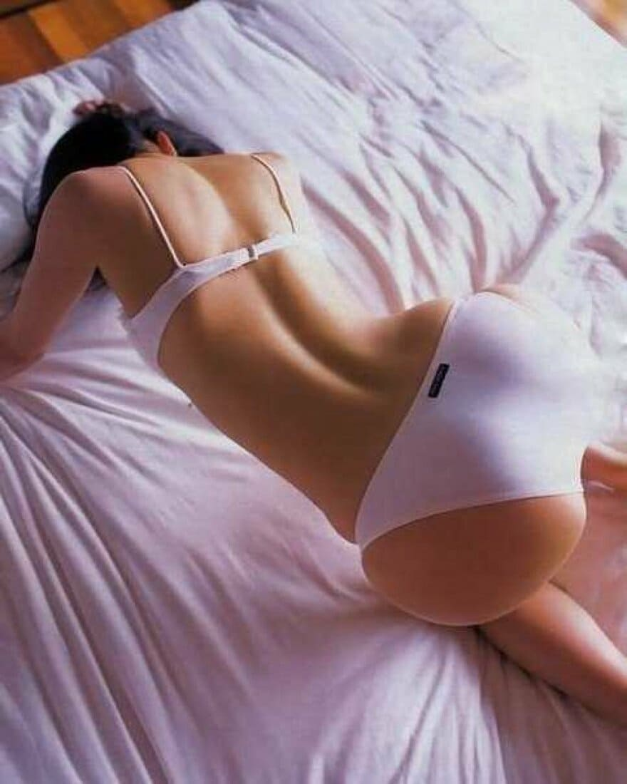 брюнетка раком фото на кровати в белом нижнем белье