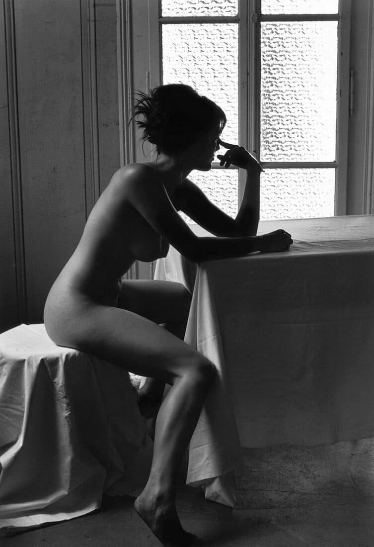 черно белые фото девушек голая сидит возле стола