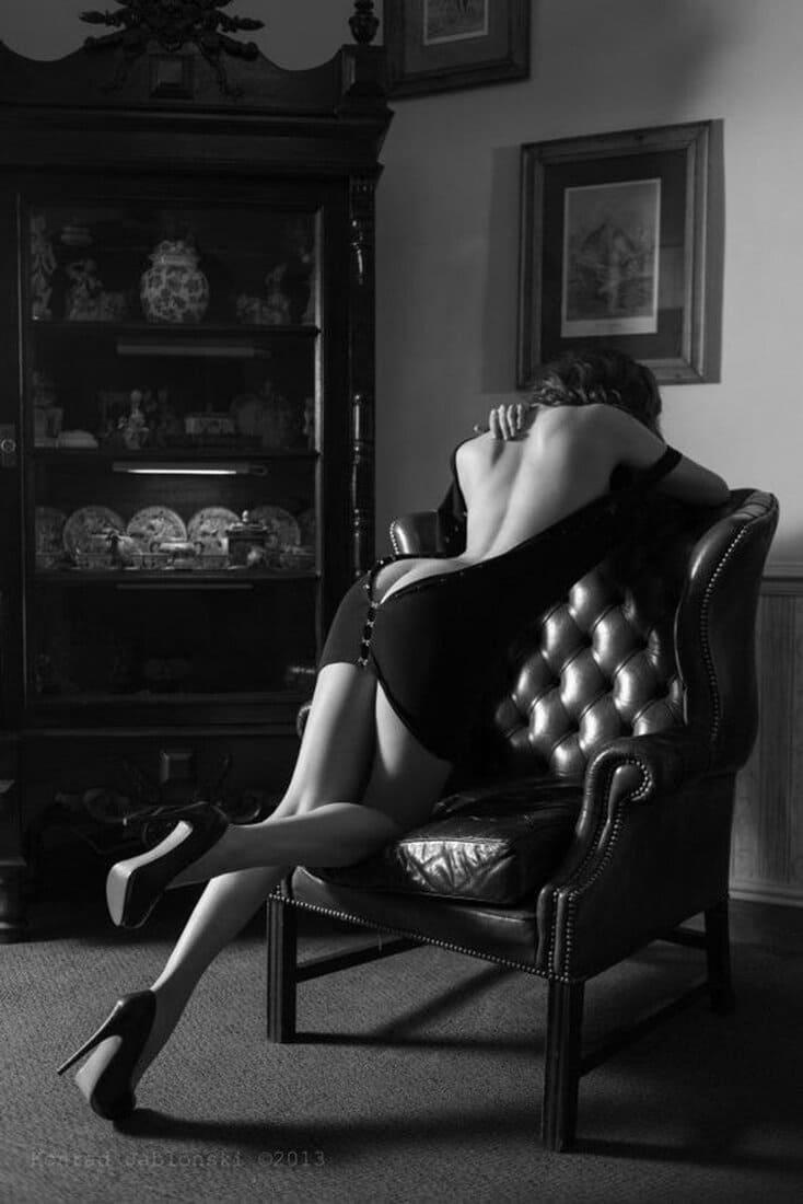 черно белое фото девушки спиной