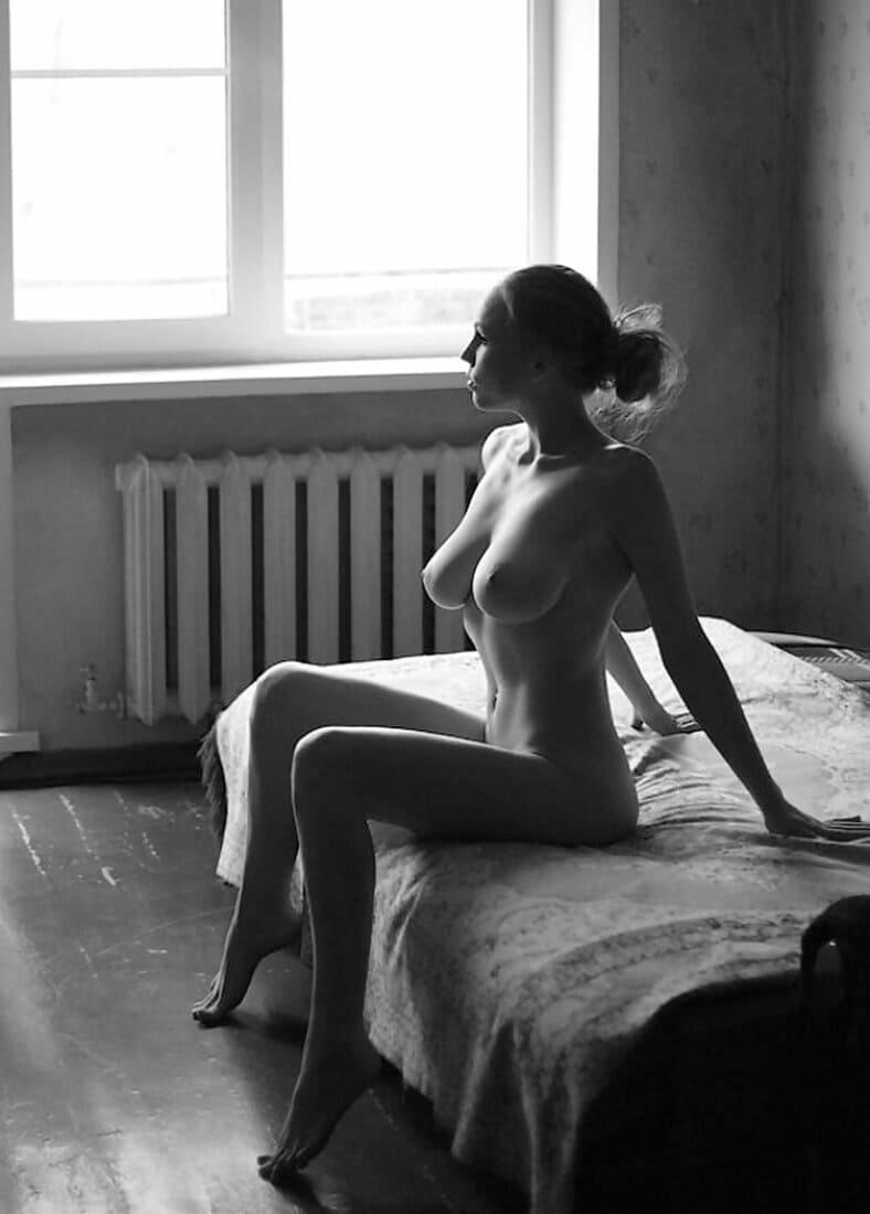 черно белые фото голых девушек сидит на кровати красивые сиськи