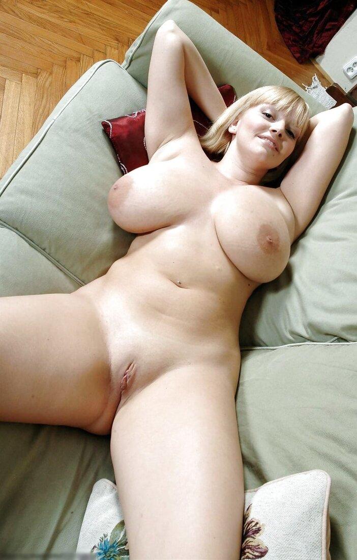 зрелые сисястые бабы фото голой блондинки на диване лежит раздвинув ноги