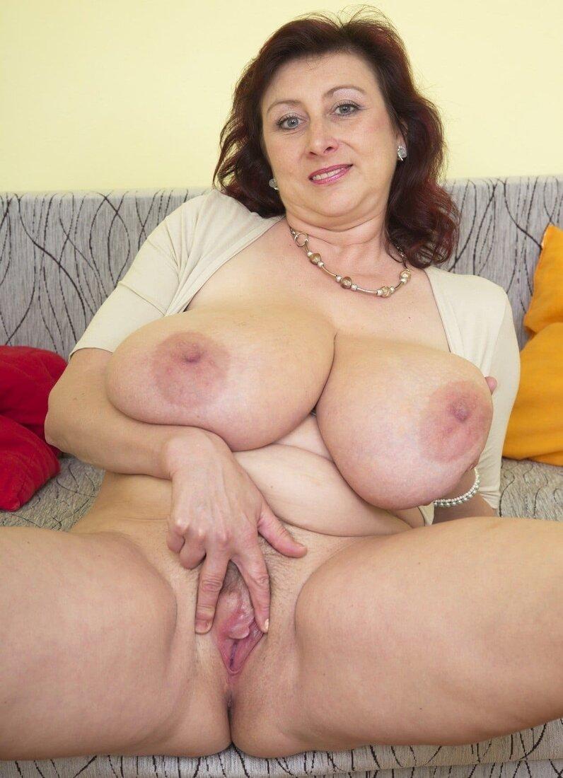 зрелые сисястые бабы фото сидит на диване раздвинула ноги пальцами раскрывает свою киску