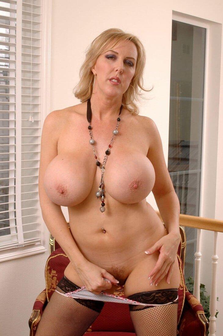зрелые сисястые бабы фото красивой блондинки с мохнатой киской