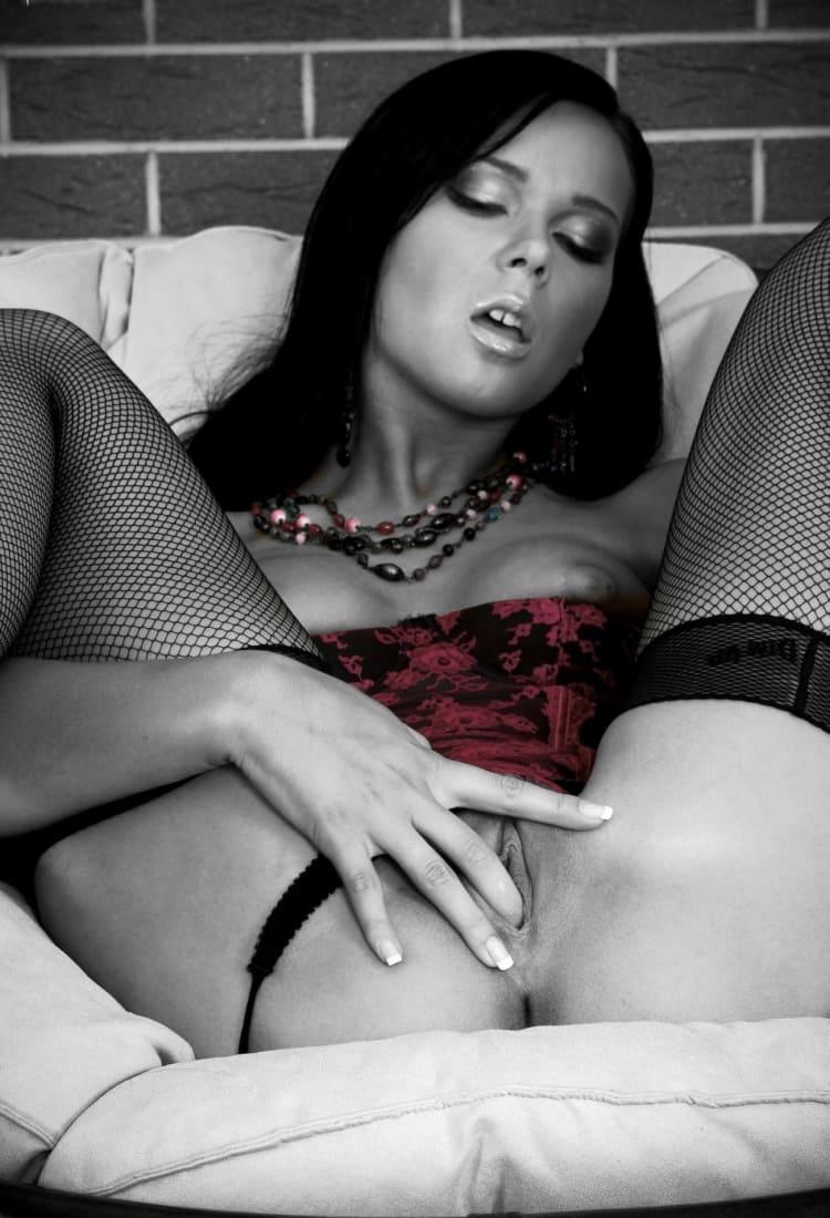 красивая брюнетка с приоткрытым ротиком дрочит пальчиком свою письку в черных колготках в сеточку фото
