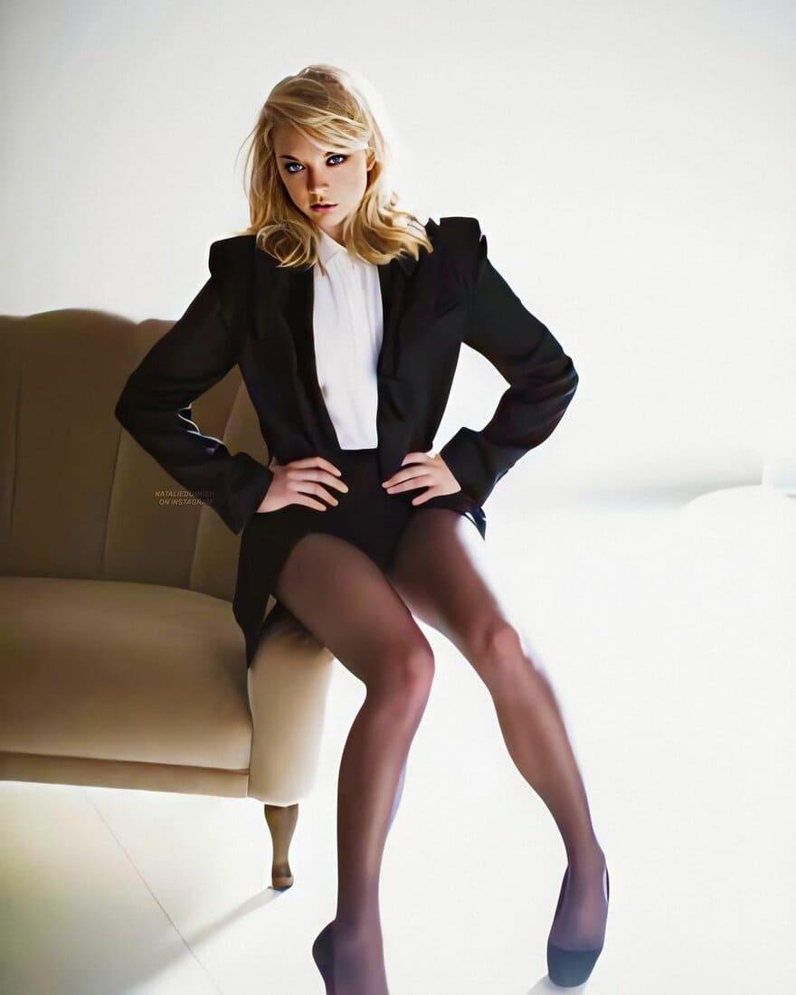 натали дормер горячие фото сидит на поручне дивана в строгом черном костюме короткой юбке колготках