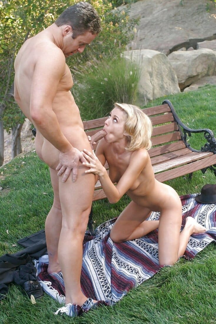 сосет на природе порно фото красивая голая блондинка стоит на коленях