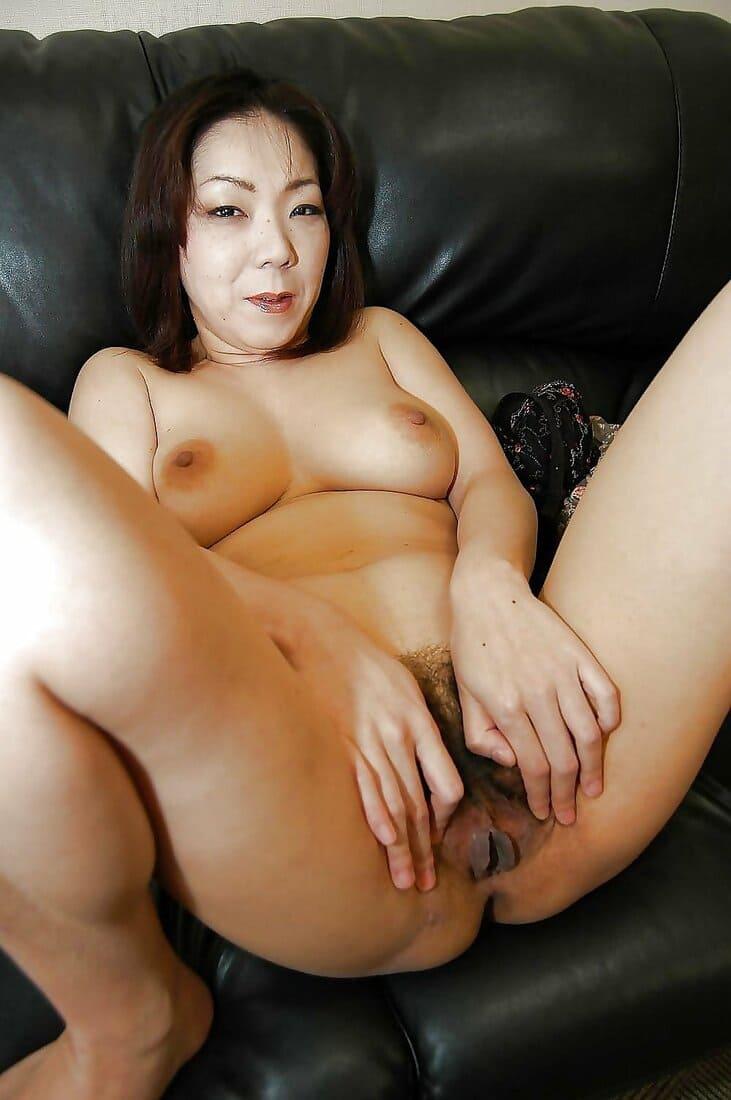 зрелые азиатки порно фото голая с мохнатой писькой широко раздвинула ноги маленькие сиськи