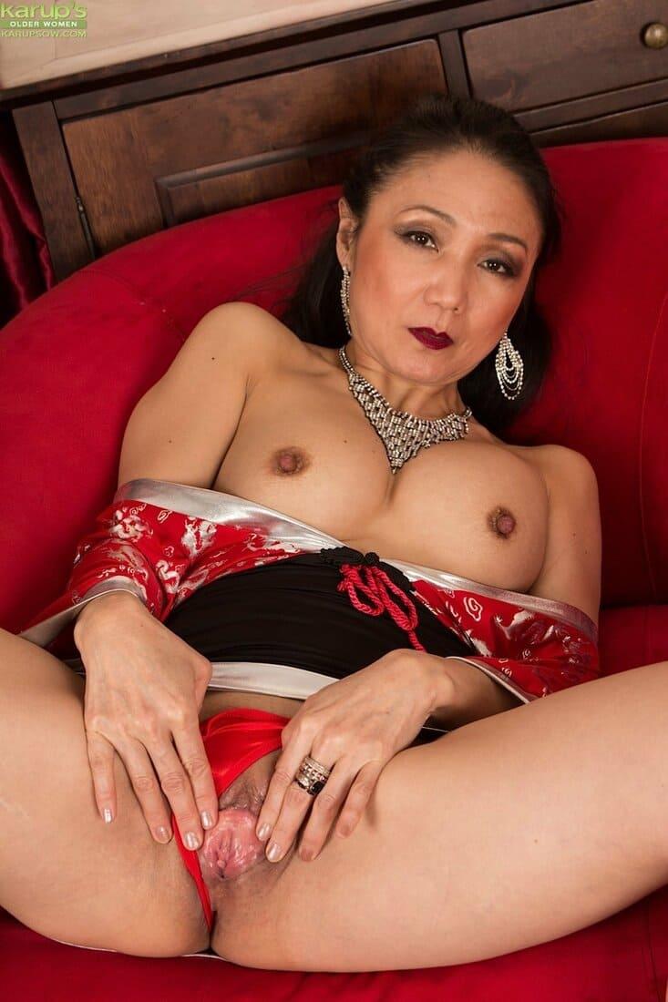 зрелые азиатки порно фото красивая с ярким макияжем раздвигает пизду отодвинув в сторону трусы