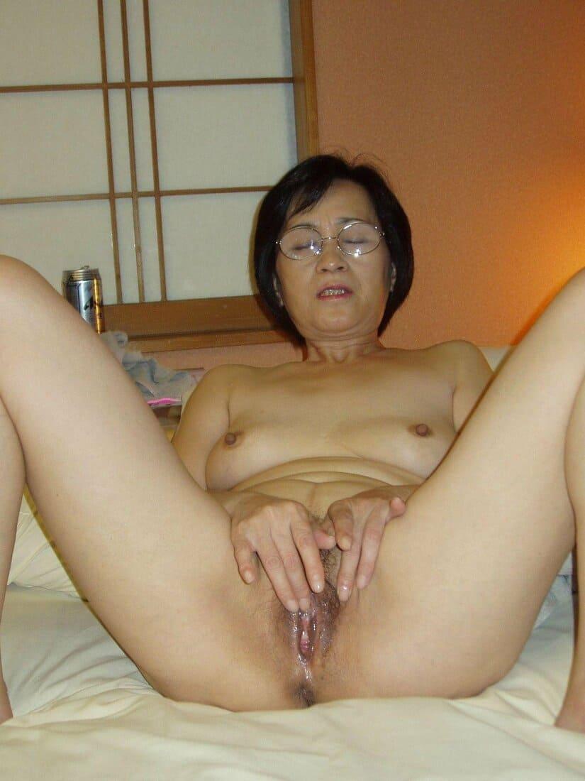 зрелые азиатки порно фото в очках мастурбирует